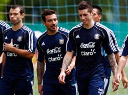 لاعبو الأرجنتين خلال حصة تدريبية (ماركوس برانديتشي ــ رويترز)