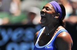 سيرينا وليامس تصرخ فرحاً بعد فوزها على باربورا ستريكوفا (نيكولا أسفوري ــ أ ف ب)