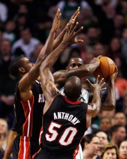 صراع على الكرة في لقاء بوسطن وميامي (رويترز)
