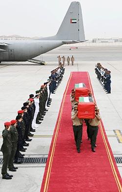 جثمانا جنديين إماراتيين قالت أبو ظبي إن أحدهما قضى بنوبة قلبية في خلال وجوده في اليمن (أ ف ب)