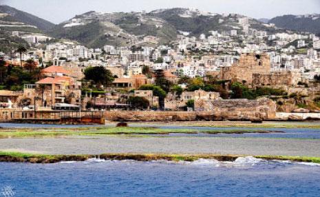 جبيل، القلعة والمدينة القديمة في الخلف ـ امتداداتها فوق الهضاب المجاورة
