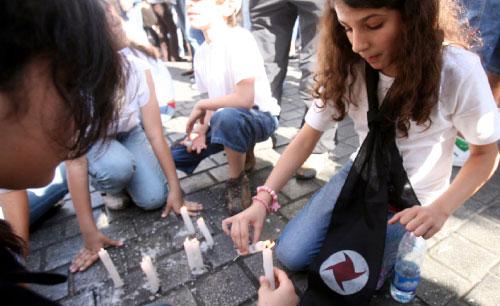 إضاءة شموع في ذكرى مجزرة حلبا (أرشيف ــ هيثم الموسوي)