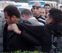 عناصر الأمن المصري يعتدون على مصوّر كان يوثّق الاشتباكات مع مناصري «الإخوان» (عمرو دلش ـــ رويترز)