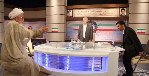 نجاد وكروبي خلال مناظرة تلفزيونية في طهران أول من أمس (مهدي دهجان - أ ب)