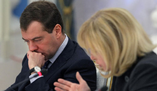 مدفيديف خلال بحثه ملف المنظمات غير الحكومية في موسكو في نيسان الماضي (سيرغي النيتسكي - أ ف ب)