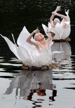 فرقة الرقص الروسية «ديريفو» تتدرّب على مسرحية «القلعة البيضاء» في بحيرة قصر زوينغر في مدينة دريسدن شرق ألمانيا. «ديريفو» تأسست عام 1998 بمبادرة من الكوريغراف والموسيقي أنتون أداسينسكي في لينينغراد (سا