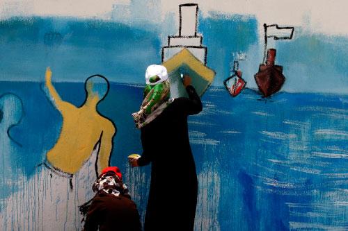 غزّة تترقّب أن يأتي من يفكّ عنها الحصار. تحلم بالسفن المتجهة إلى شواطئها، مخترقةً طوق الغطرسة الإسرائيليّة الدامية التي لا يقوى «العالم الحرّ» على وضع حدّ لها. غزّة تقاوم بالرسم أيضاً. فنانون وفنانات،