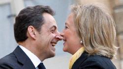 ساركوزي يستقبل كلينتون في الاليزيه لبحث الملف الليبي (فرنسوا موري ــ أ ب)