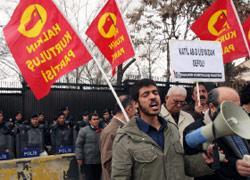 يساريون أتراك يتظاهرون ضد الحملة العسكرية على ليبيا في أنقرة (برهان أوزبيليشي ــ أ ب)