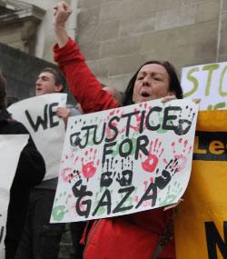تظاهرة في لندن استنكاراً لـ «عمود السحاب»