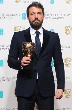 أفليك خلال تسلّمه جائزة أفضل مخرج في لندن أول من أمس