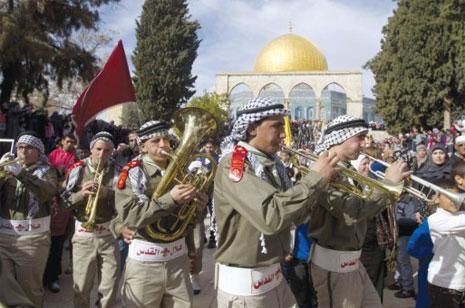 الكشافة الفلسطينية في موكب خلال حفل «المولد النبوي» خارج قبة الصخرة في القدس (أ ف ب)