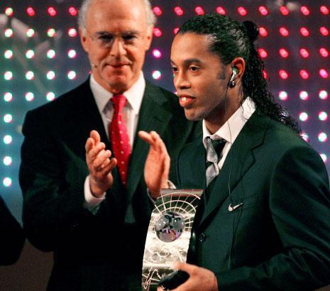 فاز رونالدينيو بجائزة الأفضل في العالم لعامين متتاليين