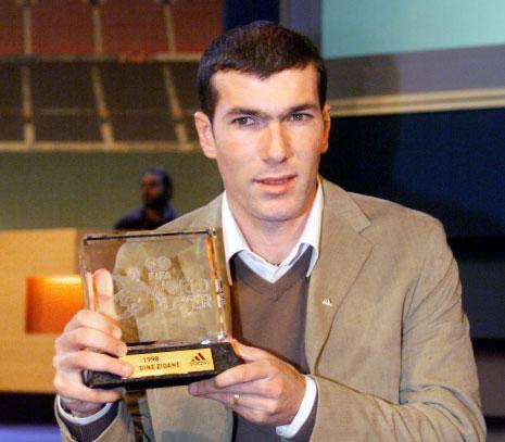 بين 1998 و2003 فاز زين الدين زيدان بجائزة الافضل 3 مرات