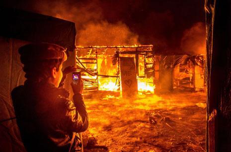 «مكان للعيش»، عبارة كُتبت على لافتة معلقة على إحدى الخيام المحترقة في معسكر كاليه العشوائي للمهاجرين (شمال فرنسا)، الذي جرى تفكيكه في تشرين الأوّل (أكتوبر) الماضي. (فيليب هوغوين ــ أ ف ب)