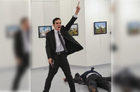 في خطوة لافتة تؤكد أهمية الصورة وتطرح إشكاليات عدّة، وثّق المصوّر التركي في وكالة «أسوشييتد برس» بورهان أوزبيليسي بعدسته لحظات اغتيال السفير الروسي لدى أنقرة أندريه كارلوف.