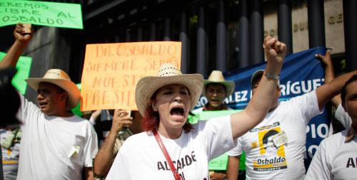 تظاهرة لمناصري معتقلين متهميم بصلاتهم مع تجار المخدرات في المكسيك الأربعاء الماضي (ألكساندر مينيغيني - أ ب)