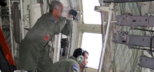 قوات برازيلية تبحث عن طائرة «اير فرانس» في المحيط الأطلسي أمس (رويترز)