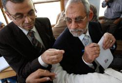 مرشد الاخوان يواجه الاصلاحيين (عمرو عبد الله دلش ــ رويترز)