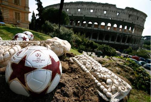 كل شيء في هذه اللقطة يتحدث عن التاريخ والعظمة. هذا ملعب روما الأثري في الخلف طبعاً، وهذه الآثارات تعود للعصر الروماني منذ مئات السنين...أما هذه الكرة التي طُوّرت هذا العام خصيصاً لنهائي بطولة دوري الأ