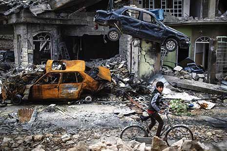 بعيد تحرير حيّه الذي يقع في غرب الموصل من عناصر تنظيم «داعش» على يد قوّات الأمن العراقية، ركب هذا الصبي درّاجته الهوائية، وراح يجول بين السيّارات المدمّرة وركام المنازل ورائحة الموت، محاولاً استعادة ش