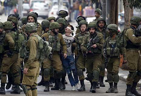 اعتقل الاحتلال الصهيوني فوزي الجنيدي (16 عاماً) في باب الزاوية (وسط الخليل). 23 جندياً مسلّحاً، حاصروا الشاب الفلسطيني الأعزل وأبرحوه ضرباً، ليتحوّل إلى أيقونة ألهمت الكثير من الفنانين عبر الصورة التي