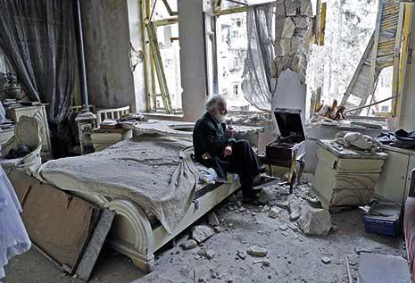 في ما يشبه موقع تصوير، جلس «أبو عمر» (أو محمد محي الدين أنيس) في حلب على سرير مخرّب وسط ركام على الأرض وشبابيك صفراء مخلّعة، يدخّن غليونه ويستمع إلى الموسيقى الخارجة من فونوغرافه القديم. رفض الرجل الم