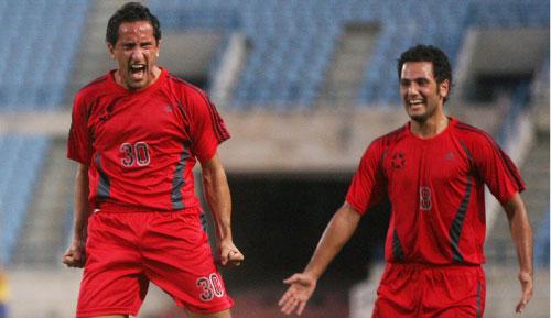 لاعب النجمة علي ناصر الدين فرحاً بهدفه وإلى جانبه زميله بول رستم (محمد علي)