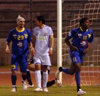 مسجّل إصابة الصفاء الكاميروني تشارلي يركض فرحاً وخلفه زميله قصاص (29) مع خيبة العراقي أوس (6) (محمد علي)