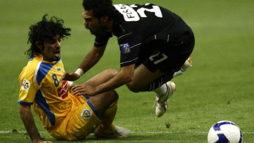 لاعب الغرافة سعد الشمري يعرقل لاعب الشباب فيصل سلطان مسبِّباً ركلة جزاء (فهد شديد ـ رويترز)