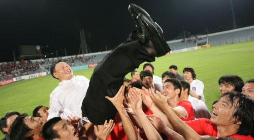 لاعبو المنتخب الكوري يحتفلون مع مدربهم بالتأهل إلى المونديال (محمد علي ــ دبي)