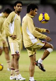 لاعبو المنتخب القطري يستعدون للقاء الأوسترالي (فادي الأسعد - رويترز)