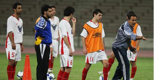 مدرّب العهد فؤاد سعد يوجّه اللاعبين في الحصة التدريبية أمس في البحرين (محمد علي)