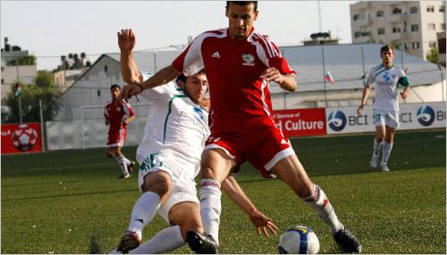 الفلسطيني محمد عيد يحمي الكرة من الشيشاني صادق زمار (محمد تركمان ـ  رويترز)