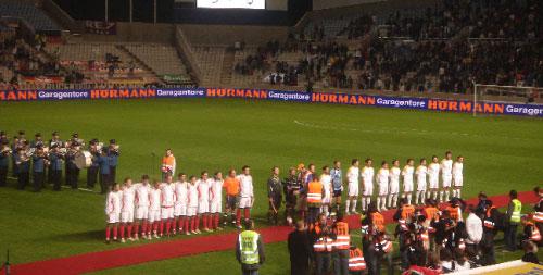 منتخبا قبرص (إلى اليمين) وألمانيا قبل مباراتهما على ملعب «جي أس بي ستاديوم» في 15 تشرين الثاني 2006 في العاصمة نيقوسيا