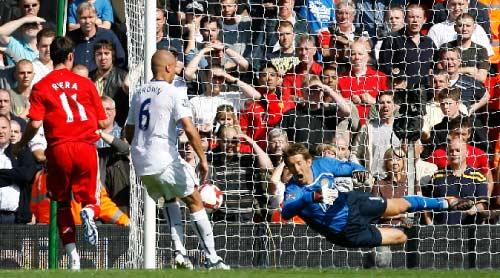 مدافع مانشستر يونايتد ويس براون يسجل في مرمى فريقه رغم محاولات فان درسار للتصدّي (بول توماس ـ أ ب)