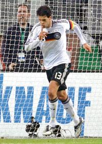 كابتن ألمانيا ميكايل بالاك عقب تسجيله هدف الفوز لمنتخب بلاده في مرمى روسيا (إينا فاسبندر ــ رويترز)