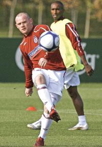 هداف المنتخب الإنكليزي واين روني مسدداً الكرة في حصة تدريبية (طوم هيفيزي ــ أ ب)