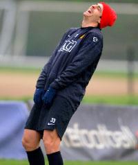 ديميتار برباتوف يلهو خلال تمارين مانشستر يونايتد (أندرو ياتس ــ أ ب)