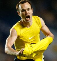 أندريس إينييستا مفجّراً فرحته بعد تسجيله هدف التعادل في مرمى تشلسي (ألبرت جيا ــ رويترز)