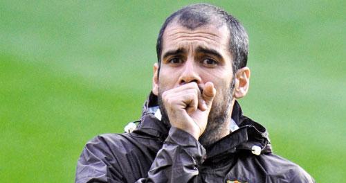مدرب برشلونة غوارديولا في التمارين (رويترز)
