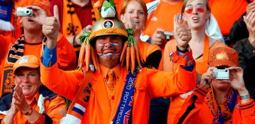 مشجع هولندي يعبّر عن فرحته بالتأهل إلى المونديال (برينيار غوتي ــ أ ب)