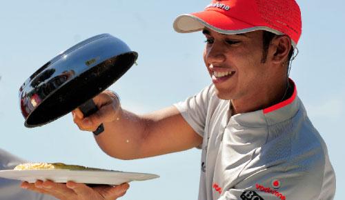 هاميلتون يطهو في نشاطٍ ترويجي على هامش جائزة إسبانيا (مانو فرنانديز ــ أ ب)