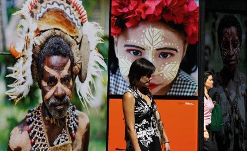 يأخذنا جون ماك بايك في جولة حول العالم، من خلال صور تروي العادات والتقاليد الشعبيّة في شتّى بقاع الأرض. «فكّر» هو عنوان المعرض الذي يقيمه هذا المصوّر والرحّالة الأوسترالي، في وقت واحد، بين استوكهولم و