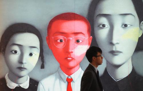 «بورتريهاته تعكس الروح الصينية الحديثة» هكذا وصفت الصحافة الغربية أعمال زانغ اكسيواغانغ (1958). التشكيلي الصيني اشتهر ببورتريهات تنهل في بعض وضعياتها من الصور العائلية الصينية التي راجت أيام الثورة ال