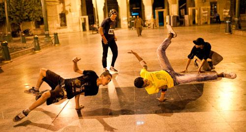 «ميدان التحرير» الذي احتضن ثورة الشباب المصري في كانون (الثاني) يناير الماضي، بات مسرحاً للتعبير عن الفرحة الجماعيّة. هنا ارتفعت اصوات شعب مصر تطالب بإسقاط النظام، وهنا يحتفل الشعب نفسه بتحقق حلم جديد