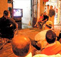 يشاهدون خطاب نصرالله في بيروت  (بلال جاويش)