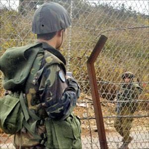 جندي لبناني في مواجهة جندي اسرائيلي على الحدود