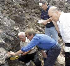 الكشف على حفرة في الخيام بواسطة الجهاز المتحسس للمواد المشعة