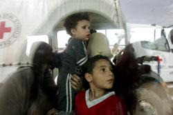 اطفال تم اخلاؤهم من مخيم نهر البادر امس (محمد مسرة - إي بي آي)